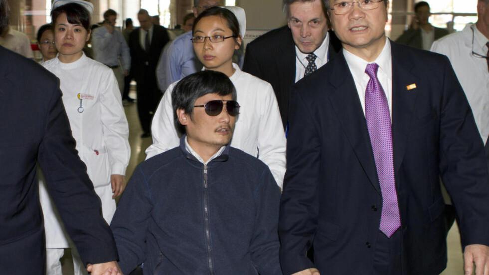 TIL USA:  Den blinde barfotadvokaten Chen Guangcheng befinner seg fortsatt på Chaoyang-sykehuset i Beijing i påvente av utreisetillatelse til USA. Her med den amerikanske ambassadøren Gary Locke. Foto: AP/NTBscanpix
