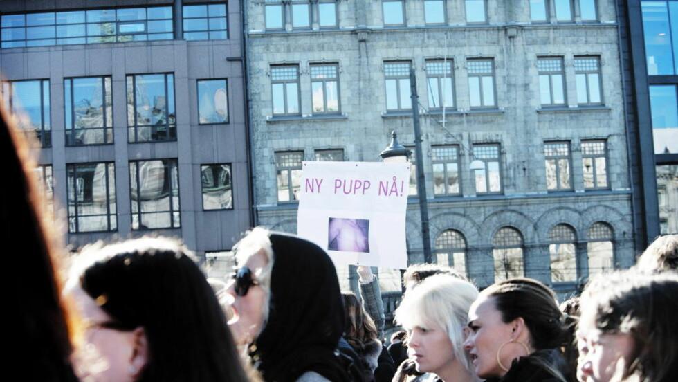 DEMONSTRASJON: I mars demonstrerte kvinner utenfor Stortinget, fordi norske kvinner venter for lenge på brystrekonstruksjon etter å ha blitt rammet av brystkreft. Foto: Melisa Fajkovic / Dagbladet