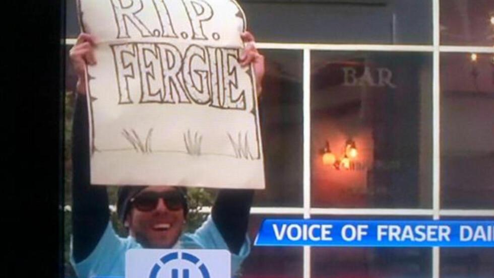 STJAL SHOWET: En smilende Tevez holdt fram denne plakaten mens Manchester City kjørte åpen buss gjennom byens gater i kveld. Nå beklager spissen det han gjorde. Skjermdump: Sky Sports