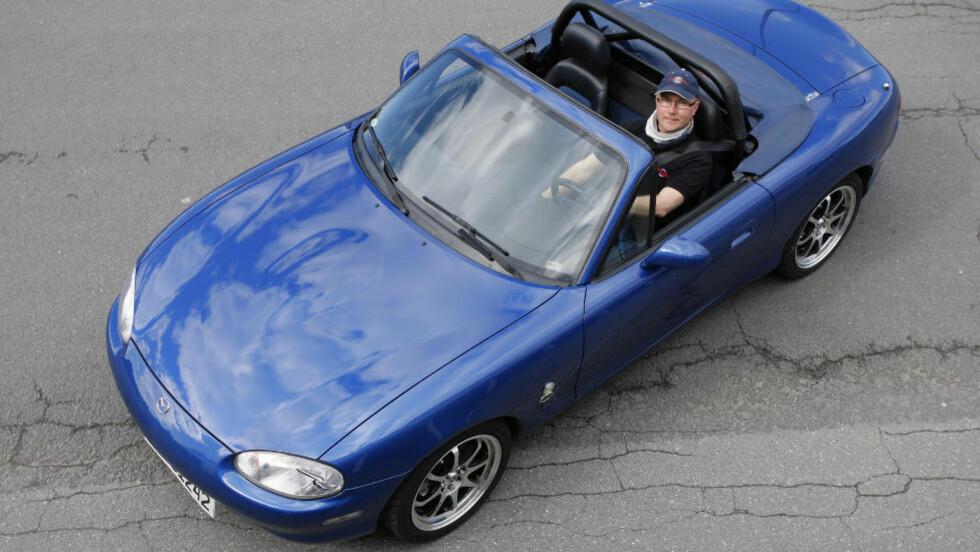 MEST MULIG MORO: Einar Betten fra Oslo er lidenskapelig opptatt av Mazda MX-5. Han eier denne jubileumsversjonen fra 1999. - Jeg søkte en bil som ga mest mulig moro for pengene - både på vei og bane, sier Betten. Foto: PETTER HANDELAND