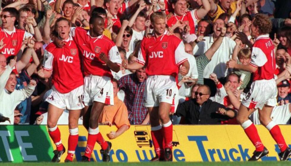 FEIRET: Arsenal feirer etter at Dennis Bergkamp har scoret på Stamford Bridge. Foto: FourFouTwo/Haymarket
