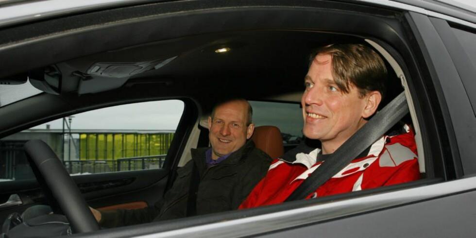 REKORDMENN: 46 timer bilkjøring i ett strekk for å bruke så lite diesel som mulig. Knut Wilthil og Henrik Borchgrevink er ikke som andre sjåfører. Foto: Petter Handeland