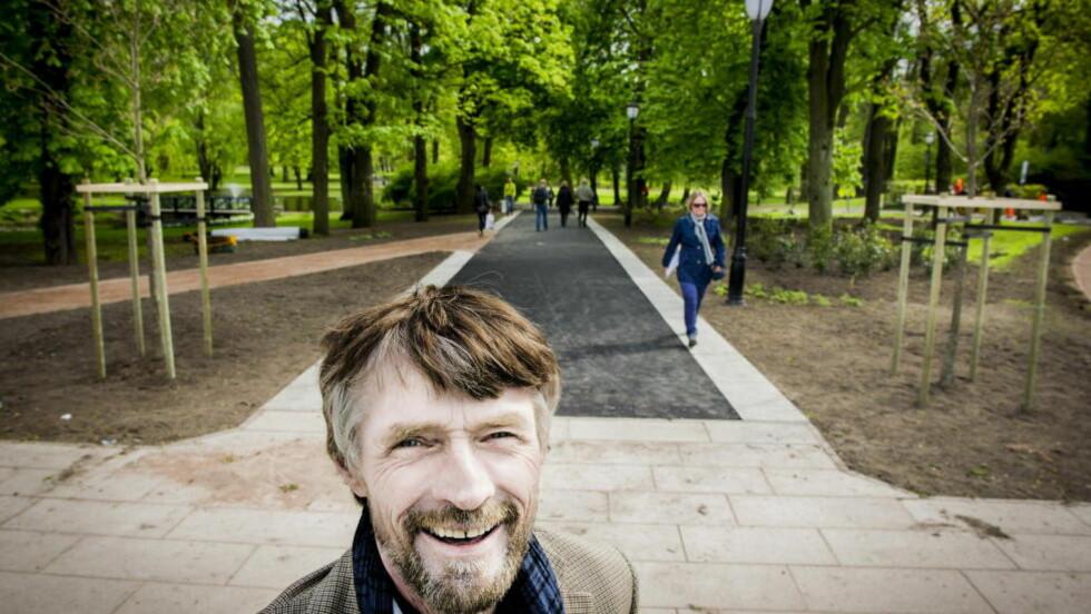 NYE TIDER:  Slottsgartner Tor Smaaland har plantet to nye eiketrær  som portal til den nyoppussede hovedstien mot Slottet. Snart står de 170 år gamle originaltrærne for fall. FOTO: JOHN T. PEDERSEN.