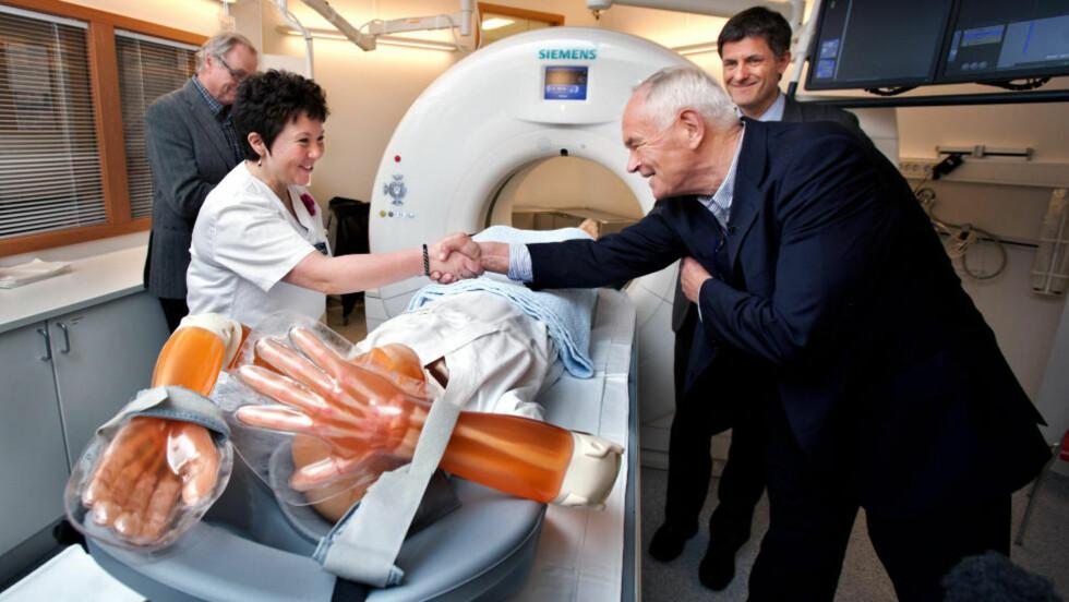 GAVMILD:Overlege Trude Sildnes takker filantrop Trond Mohn for CT-skanneren på UNN. I bakgrunnen står Kåre Rommetveit og Tor Ingebrigtsen. Foto: Ole Åsheim / Nordlys