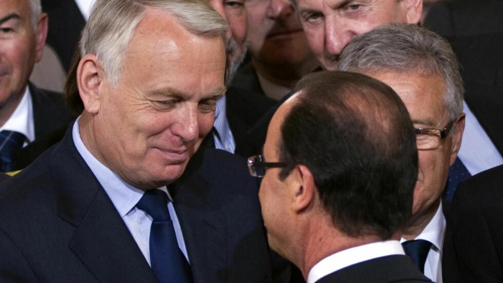 PRESIDENT OG STATSMINISTER: Frankrike-president Francois Hollande (t.h) er den som har gitt Jean-Marc Ayrault (t.v) vervet. Foto: AP/Charles Platiau