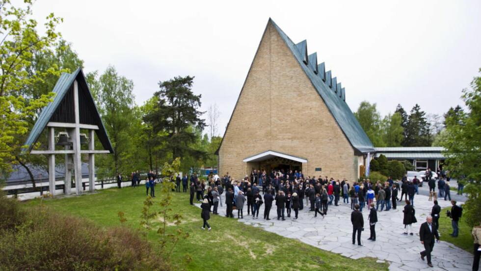 MINNESTUND: Folk kommer ut fra Jar kirke i Bærum etter minnestunden for Tor-Marius Gromstad tirsdag. Stabæk-spilleren ble funnet død på en byggeplass i Oslo mandag morgen. Foto: Vegard Grøtt / NTB scanpix