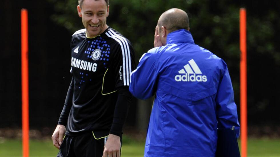 USIKKER: John Terry (t.v) var i godt slag på dagens Chelsea-trening. Foto: AP/Tom Hevezi