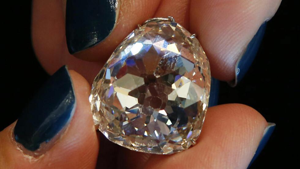 TIL DEN SOM HAR ALT: Den enorme diamanten kjent som «Beau Sancy» ble tirsdag solgt for nesten 60 millioner kroner til en anonym budgiver under en auksjon i Geneve i Sveits. Foto: REUTERS/Jacky Naegelen/SCANPIX
