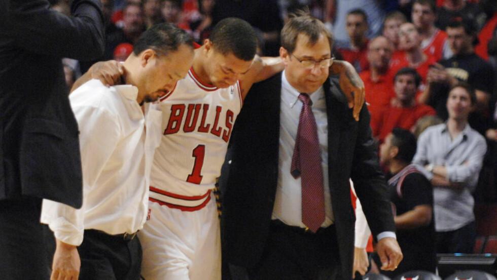 KORSBÅNDET RØK: Derrick Rose ble operert lørdag. Ifølge Bulls-lege Brian Cole kan rehabiliteringen ta mellom åtte og tolv måneder. Det betyr at Rose trolig mister store deler av neste sesong. Foto: SCANPIX/AP/Daily Herald/John Starks