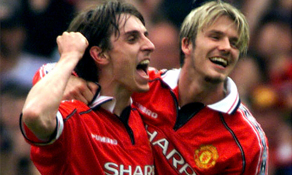 TITTELEN: Gary Neville og David Beckham feirer at de har vunnet Premier League for femte gang på sju sesonger. Foto: by Jeff J Mitchell   REUTERS