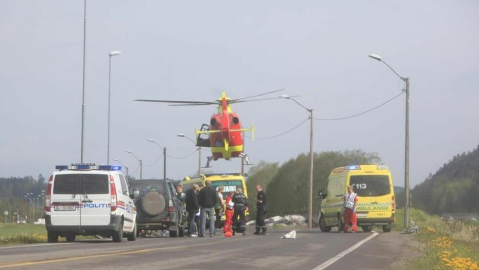 SYKLIST PÅKJØRT: En syklist er blitt påkjørt av en bil ved gamle E18 ved Barkåker. Syklisten ble fraktet bort i luftambulanse. Foto: Peder Gjersøe