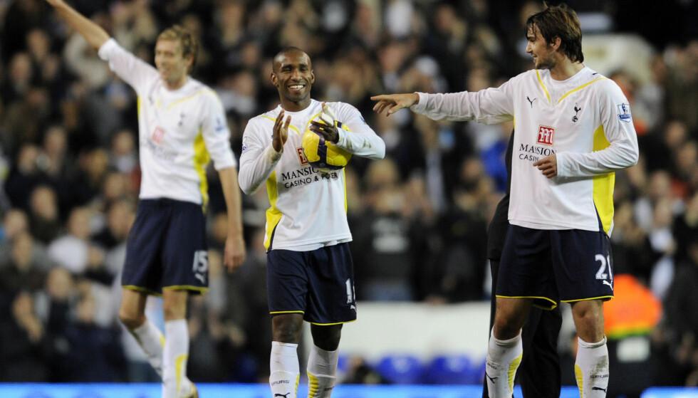 STORSEIER: Tottenhams Niko Kranjcar og Jermain Defoe feirer seieren med Wigan. I bakgrunnen er Peter Crouch. Foto: AFP PHOTO / Adrian Dennis
