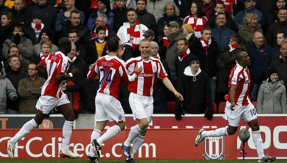 FØRSTE SESONG: Ricardo Fuller feirer med lagkameratene etter å ha scoret åpningsmålet mot Arsenal i deres første Premier League-sesong. Foto: AP Photo/Simon Dawson