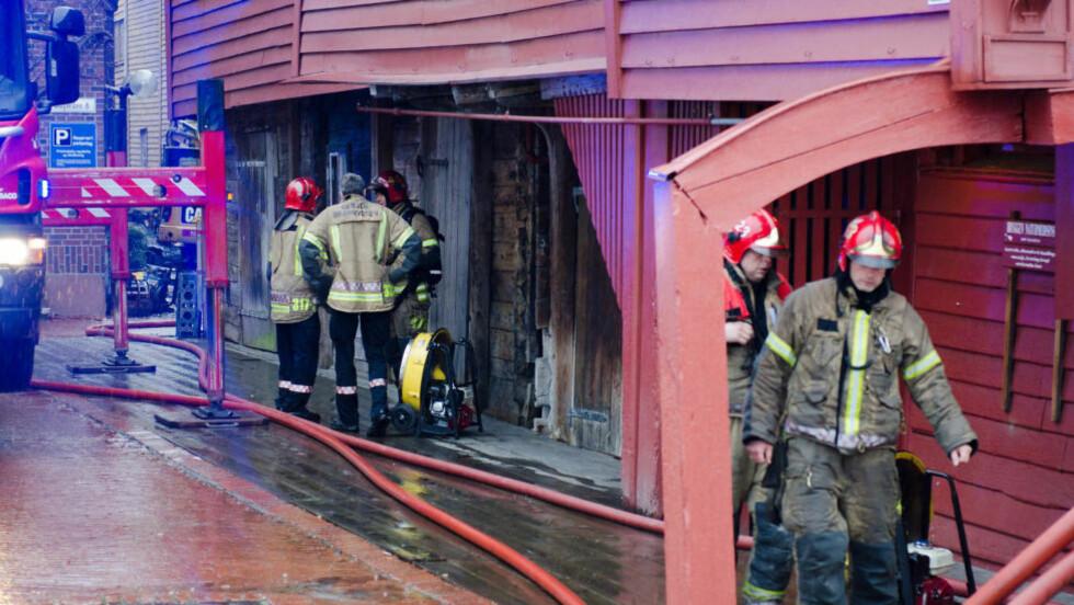 BRANN I BERGEN: Det brenner i Radisson-hotellet på Bryggen i Bergen. Brannvesenet er på stedet og slukning pågår. Hotellets 163 gjester ble evakuert. Foto: Remi Presttun / Presttun Foto