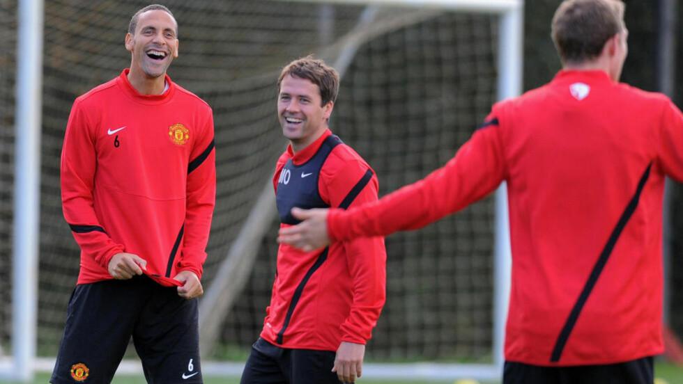 FÅR IKKE KONTRAKT: Michael Owen får ikke ny kontrakt med Manchester United. Her er han med Rio Ferdinand på Uniteds treningsfelt. Foto: AFP PHOTO/ANDREW YATES
