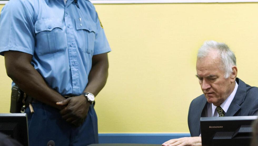 FOR RETTEN: Ratko Mladic må svare for seg i krigsforbryterdomstolen 20 år etter de første skuddene falt i Bosniakrigen. Foto: Toussaint Kluiters / AP / NTB Scanpix