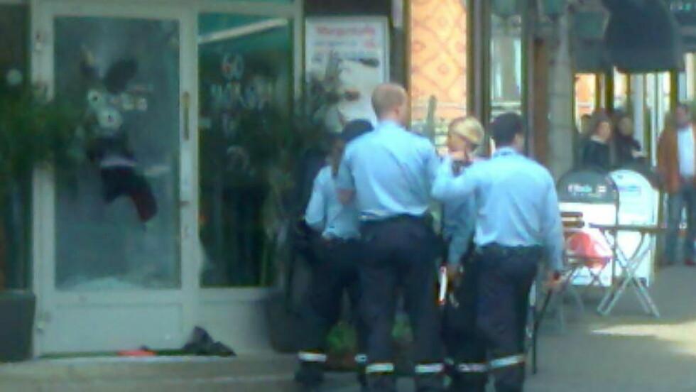 PERSONALET RØMTE UT:  Politiet sperrer av kafeen Bagel & Juice i Øvre Slottsgate 7 i Oslo i formiddag. FOTO: 2400-TIPSER.