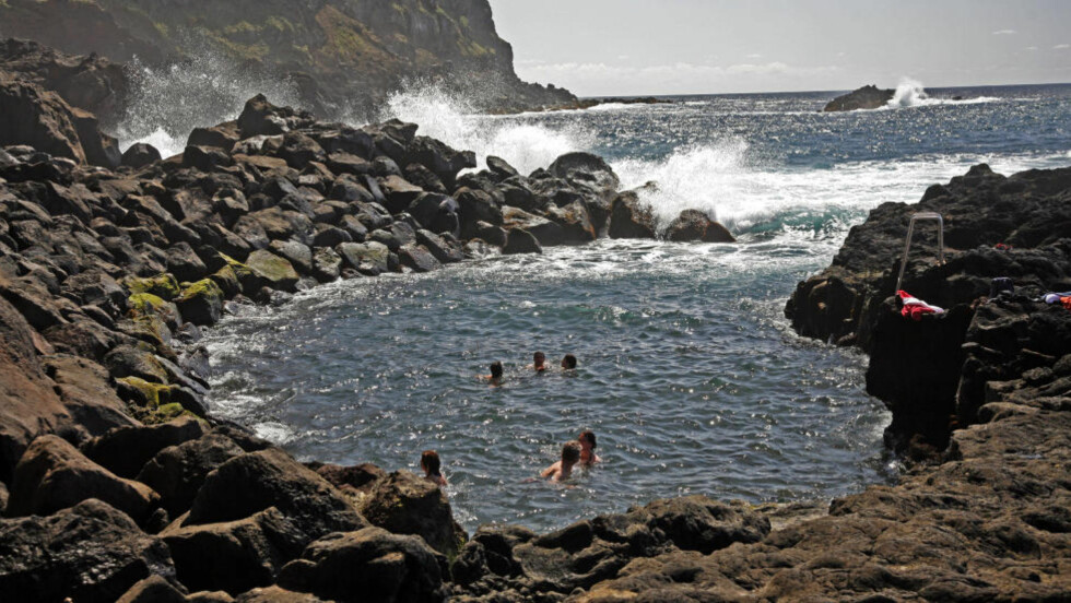 KULPEN: Ingen trenger å bry seg om det iskalde vannet i Atlanterhavet ved Azorene når du kan ta en dukkert  i Ponta da Ferraria (Smia).  En glovarmkilde spruter ut 61,8 graders vann i denne bukta slik at det blir opptil 28 graders badevann. Foto: EIVIND PEDERSEN