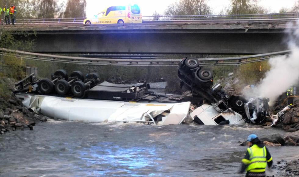 KOLLIDERTE PÅ E6:  Et vogntog og en personbil kolliderte fredag kveld på E6 ved Brummundal. En person omkom etter at kjøretøyene havnet i elva. Foto: Torbjørn Martinsen