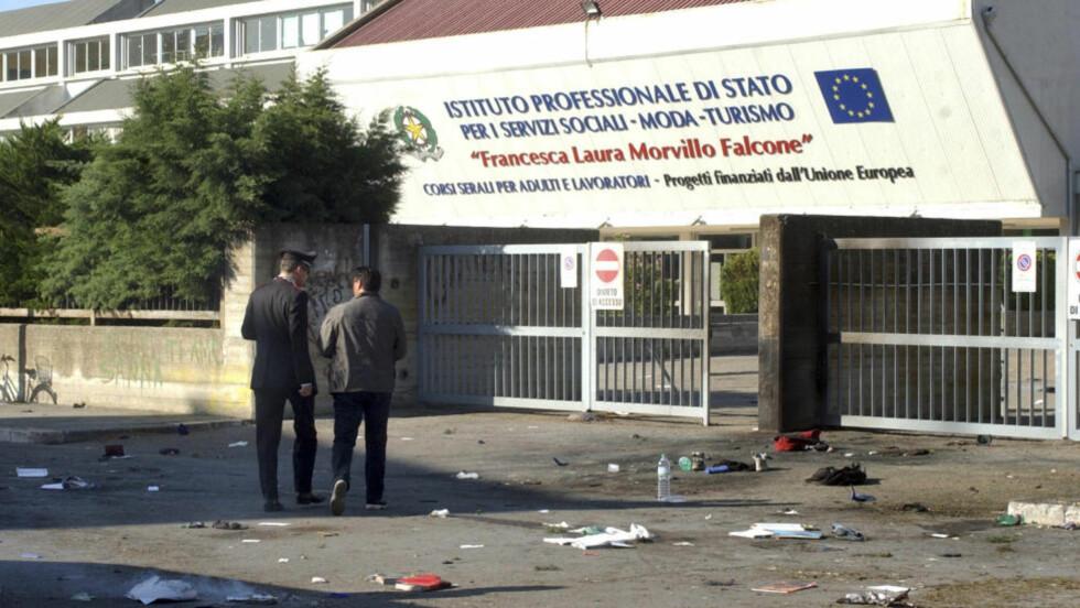 JENTE DREPT: Og flere elever skadet etter eksplosjonen som gikk av utenfor denne skolen. Foto: AP / Max Frigione