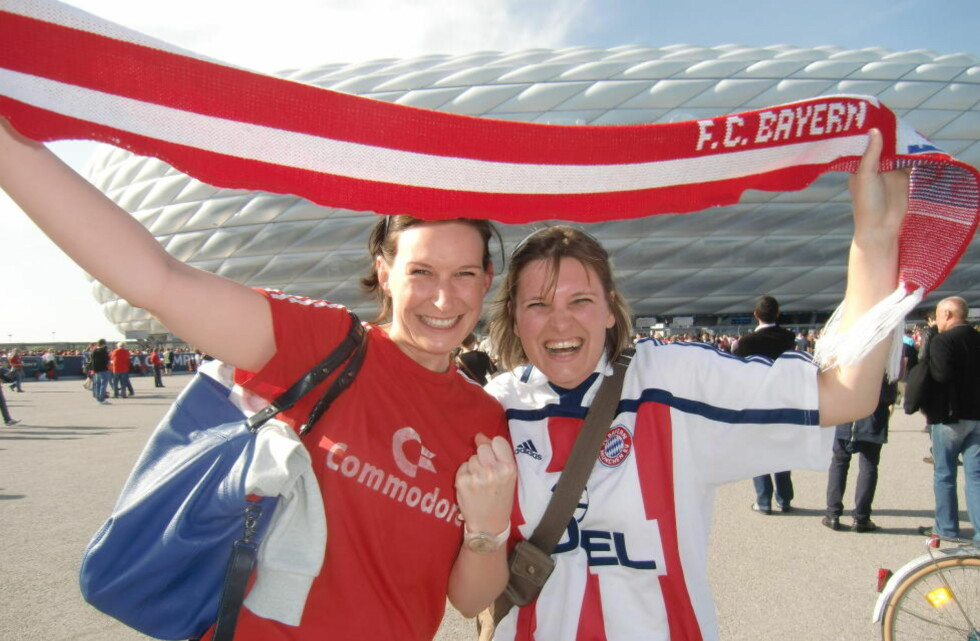 GODT HUMØR: Bayern München-supporterne Sabrina (28) og Simone (30) har ikke billetter til matchen. De er utenfor Allianz Arena for å sjekke folkelivet. Alle foto: Tore Ulrik Bratland/Dagbladet