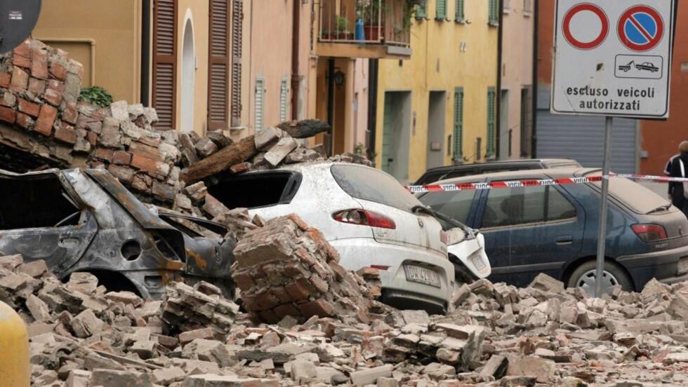 KNUST:  Biler som er knust av sammenraste steinvegger i byen Finale Emila. FOTO: PIERRE TEYSSOT, AFP/NTB SCANPIX.