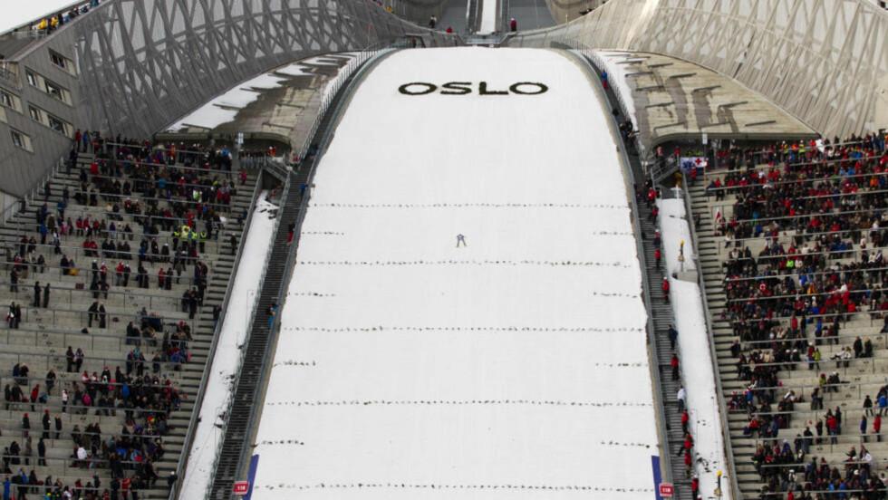 Oslo  20120311. Det var ikke helt fullt på tribunene under søndagens hopprenn i Holmenkollen. Foto: Terje Bendiksby / Scanpix