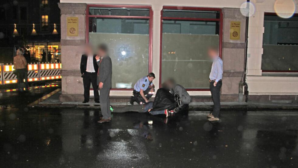 SLÅTT I BAKKEN: Politimannen falt i bakken og den andre gjerningsmannen sparket han i ansiktet. Her har flere politimenn kommet til stedet.  Foto: Vidar Bakken / dittoslo.no