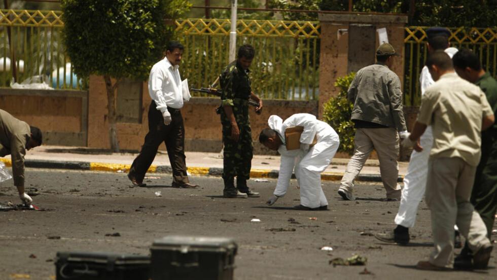 NÆR 100 DREPT: 96 personer er drept i et selvmordsangrep i Jemens hovedstad Sanaa. Selvmorsbomberen sprengte seg selv midt i en gruppe soldater som øvde til en parade. På bildet leter politiet etter bevis etter bombeangrepet. Foto: Khaled Abdullah / REUTERS / NTB SCANPIX