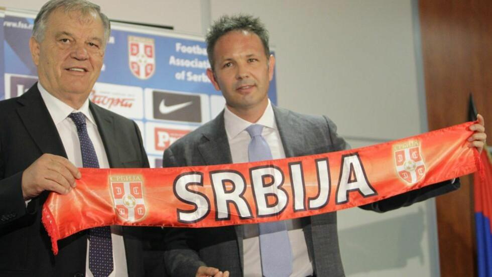 NY SJEF:  Sinisa Mihajlovic (t.h.) har fått jobben som ny serbisk landslagstrener. Foto: AP Photo/Darko Vojinovic