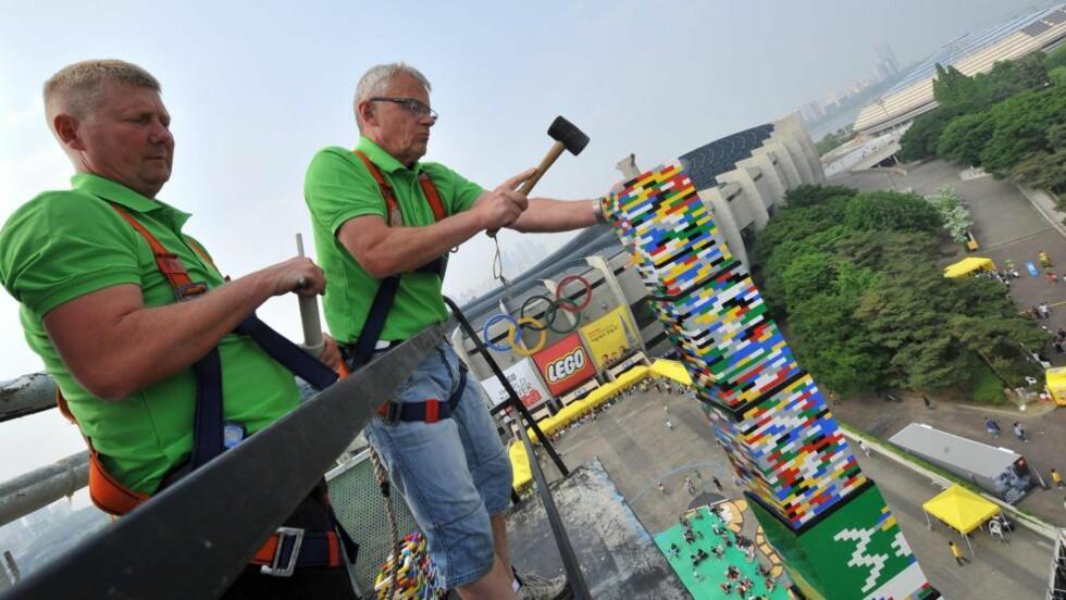 VERDENSREKORD: Lego har blitt 80 år og det feires med ny verdensrekord. Foto: AFP PHOTO/JUNG YEON-JE/NTB SCANPIX