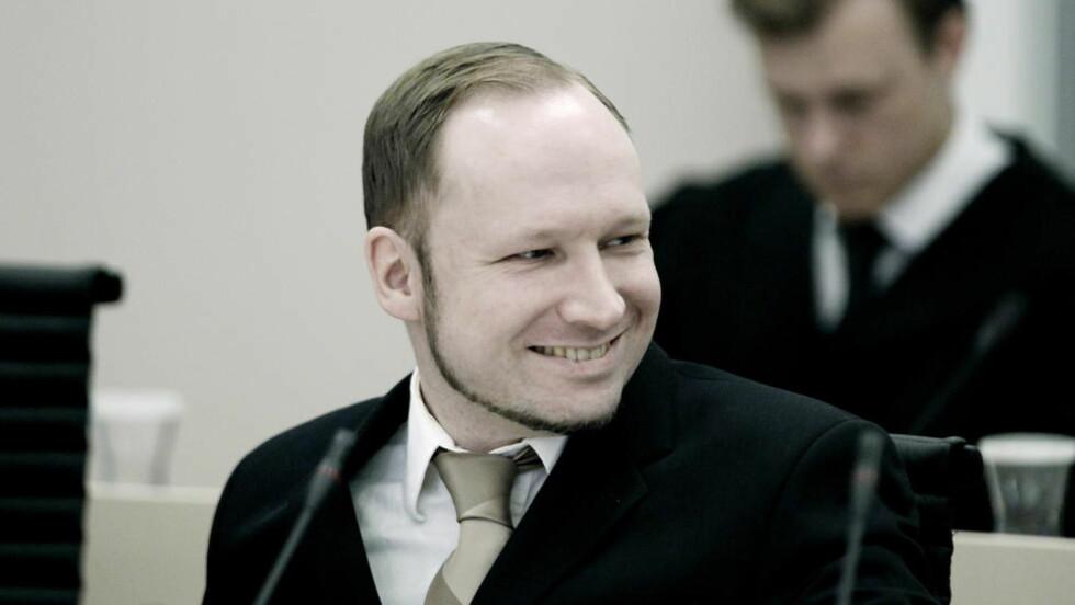 GLISTE: Dette bildet av Breivik er tatt fra en tidligere dag i  tingretten. Men også i dag smilte Breivik. Han smilte da et vitne omtalte ham som «den dusten». Han smilte også da Ylva (15) fortalte sin sterke historie. Foto: Bjørn Langsem