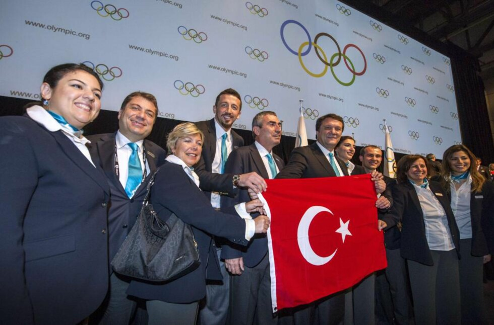 FORTSATT MED I KAMPEN: Delegasjonen fra Istanbul kunne juble på IOC-kongressen i Quebec over at de fortsatt er med i kampen om sommer-OL i 2020. Også Madrid og Tokyo har stadig muligheten.Foto: AFP PHOTO / ROGERIO BARBOSA / NTB scanpix