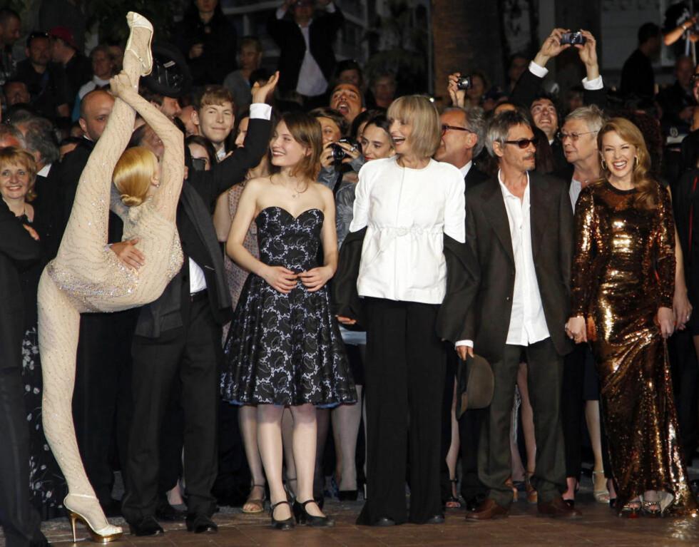 SÆRT NOK: Regissør Leos Carax (nummer to fra høyre) og skuespillerne i «Holy Motors», inkludert Kylie Minogue helt til høyre, viser seg for pressefotografene på den røde løperen i Cannes. Foto: SCANPIX/REUTERS