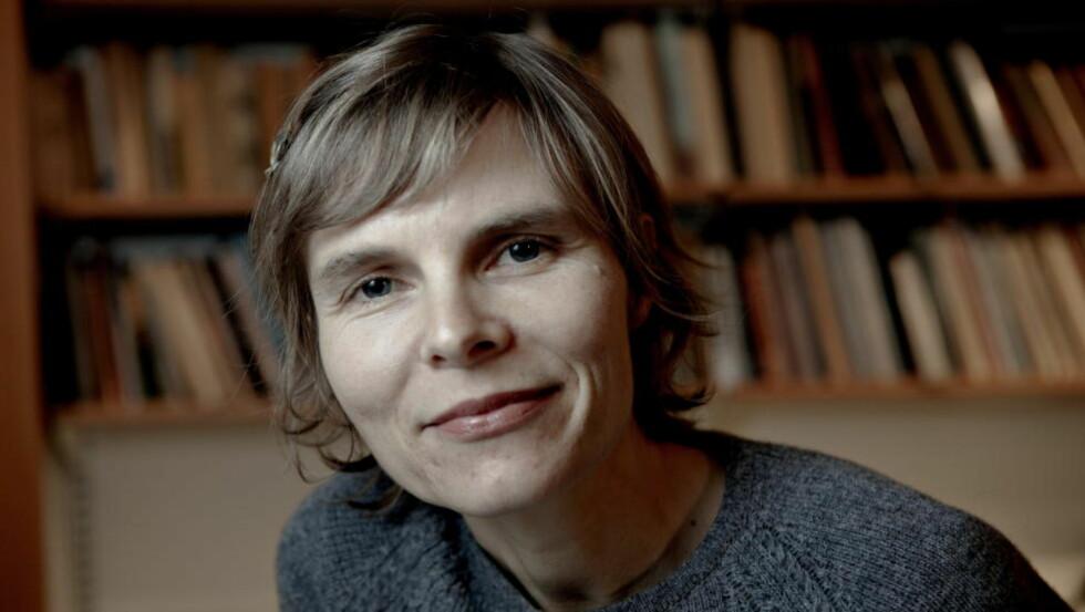 SALME FRA KJØKKENET: Kristin Friis debuterer med en vemodig og langsom roman om gamle Marta som sitter på gårdkjøkkenet og venter på at mannen skal komme inn fra fjøset. Foto: Lars Eivind Bones