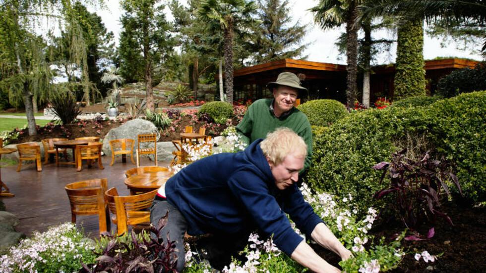 BLOMSTERFLOR: Olav Bryn og sønnen Endre Bryn planter i år ut 50 000 sommerblomster på Flor og fjære. Foto: ROGER BRENDHAGEN
