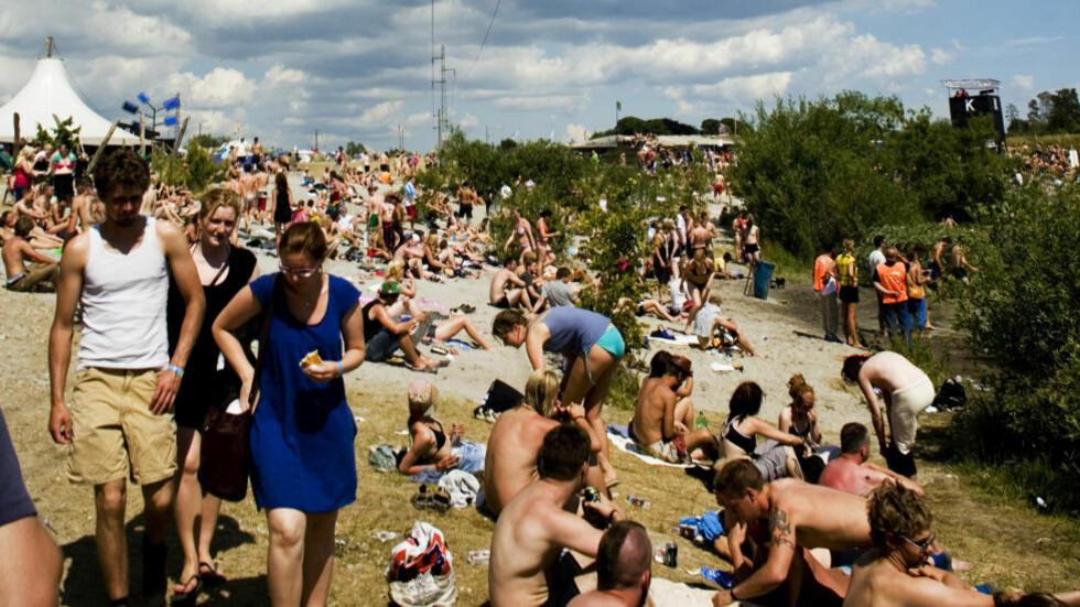 SJEKKING: Roskilde-festivalen i Danmark har i mange år vært «norges største festival», siden så mange nordmenn reiser dit. Festivalen tilbyr således en unik mulighet for danskene til å skaffe seg en partner fra det folkeslaget de finner mest tiltrekkende - nordmenn. Foto: Sara Johannessen/NTBscanpix