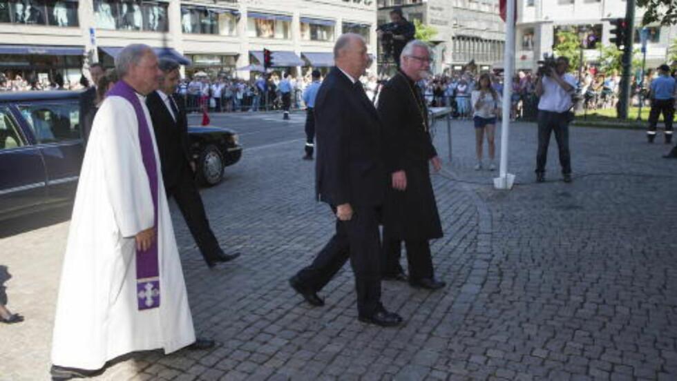 KONGEN: Kong Harald ankommer bisettelsen av krigshelten Gunnar Kjakan Sønsteby i domkirken i Oslo fredag. Foto: Thomas Winje Øijord / NTB scanpix