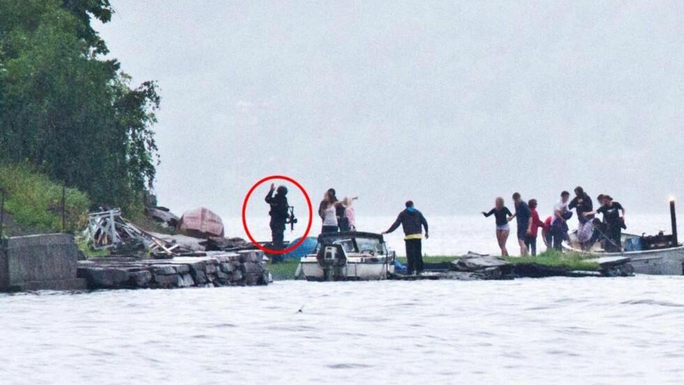 FØRSTE PATRULJE PÅ PLASS: Den 31 år gamle politibetjenten som vitnet i Oslo tingrett i formiddag, er avbildet mens han tar imot ungdommer som har rømt fra Utøya. Foto: Privat