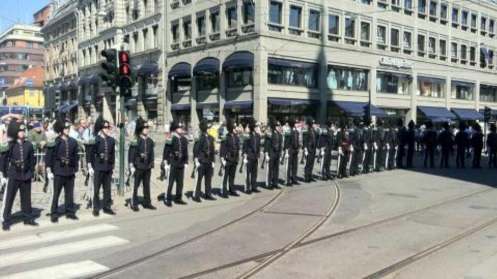 OPPSTILT: Soldater står oppstilt utenfor Oslo domkirke i dag. MMS: Geir Barstein/Dagbladet