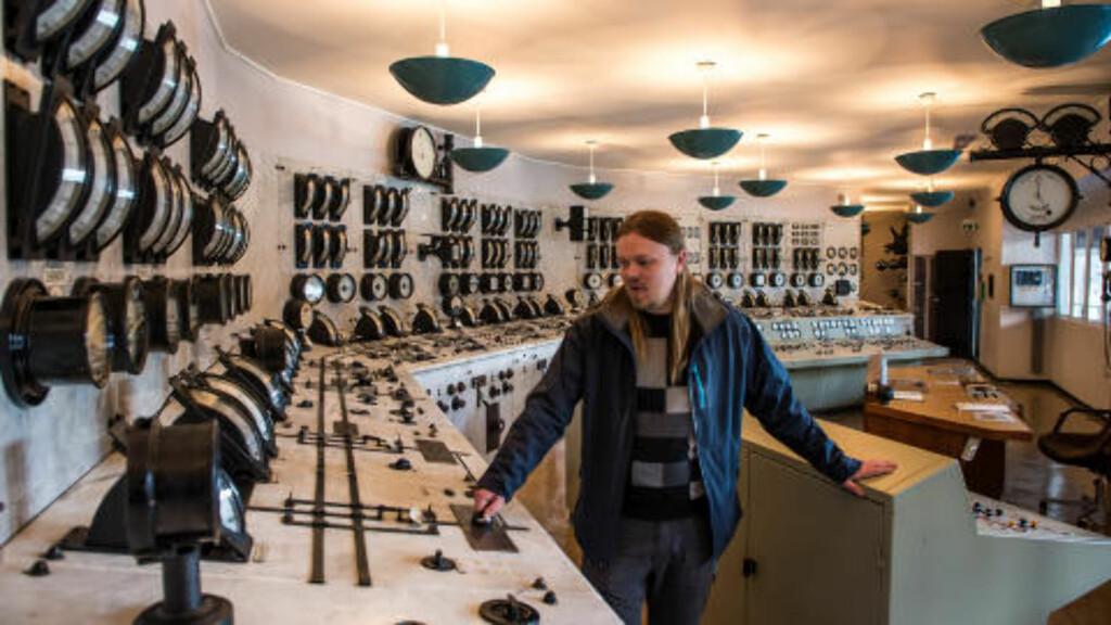KONTROLLROMMET: Mange synes kontrollrommet er det tøffeste rommet, ifølge museumsguide Dag Endre Opedal. Her er det så mange knapper, spaker, og brytere du bare kan ønske deg. Foto: ROGER BRENDHAGEN