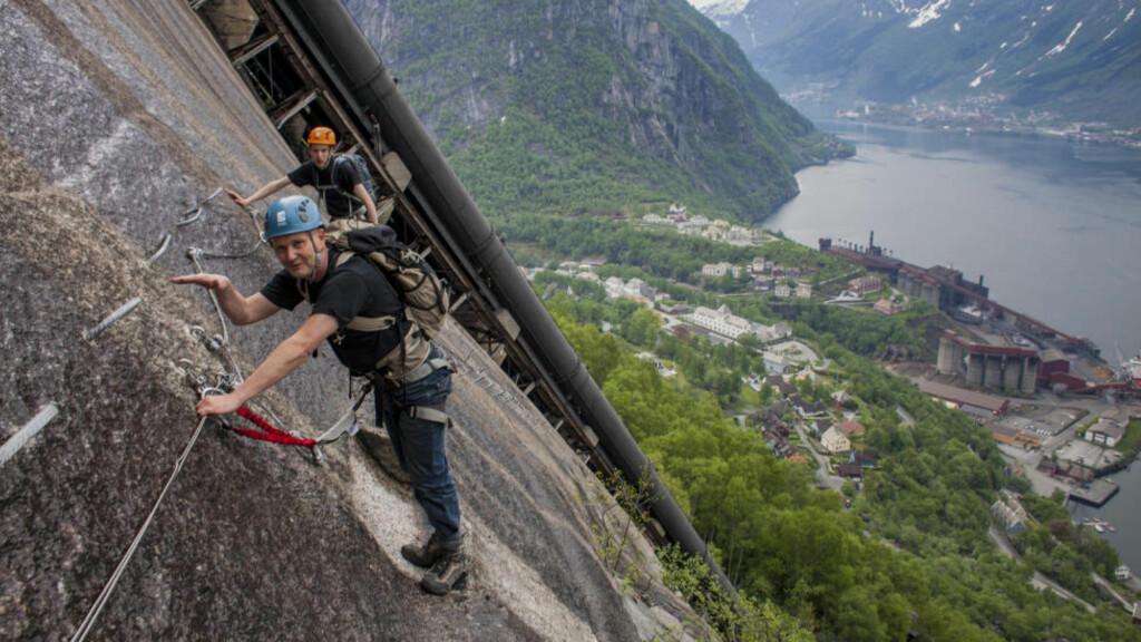 KLATRETUR: Stein Haugen (nærmest) og David Fleetwood på vei opp «Tysso Via Ferrata». Foto: DAG ENDRE OPEDAL
