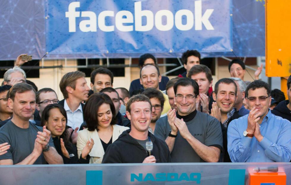 HELE VEIEN TIL BANKEN: God stemning blant sentrale Facebook-ansatte med Mark Zuckerberg i spissen, da verdens støste nettsamfunn gikk på børs fredag for en uke siden. Siden har markedet straffet Facebook-aksjen hardt. Foto: SCANPIX