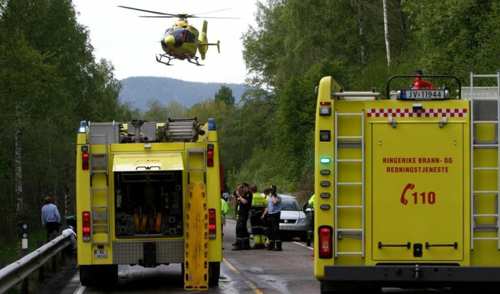 ALVORLIG ULYKKE:  Fire biler var involvert da to personer ble alvorlig skadet ved Ådalen i Buskerud i ettermiddag. Det har vært flere uhell på veien i dag. Trafikken har vært stor på grunn av pinse. Foto: Ole Edvin Tangen