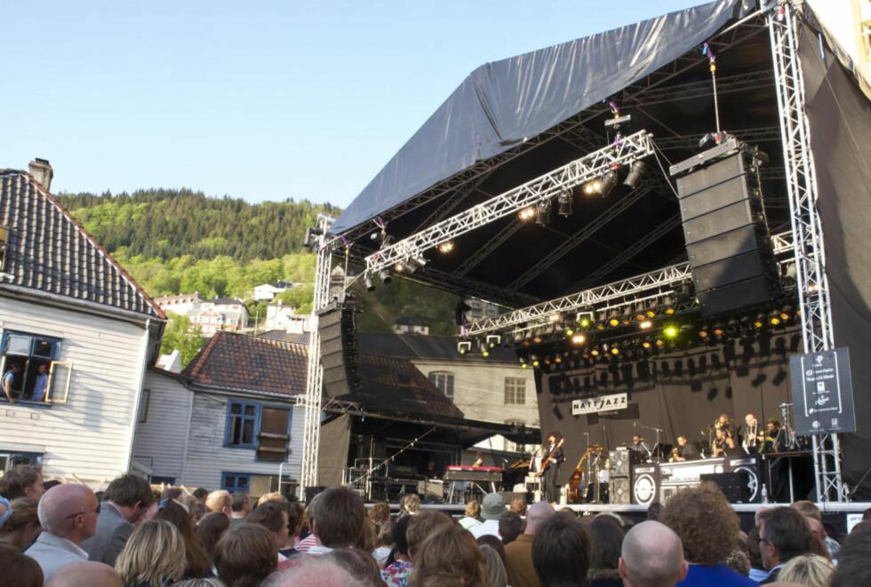 PÅ KAIEN:  Esperanza Spalding og «Radiomusikkselskapet» hennes på Nattjazz' nye utescene Kaien foran 1250 tilskuere. FOTO: TERJE MOSNES