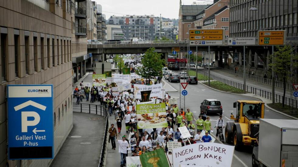 DEMONSTRERER: Bønder demonstrer i Oslo mot forslaget til årets landbruksoppgjør, som det er brudd mellom landbruksorganisasjonene og staten på.  Foto: Torbjørn Grønning / Dagbladet