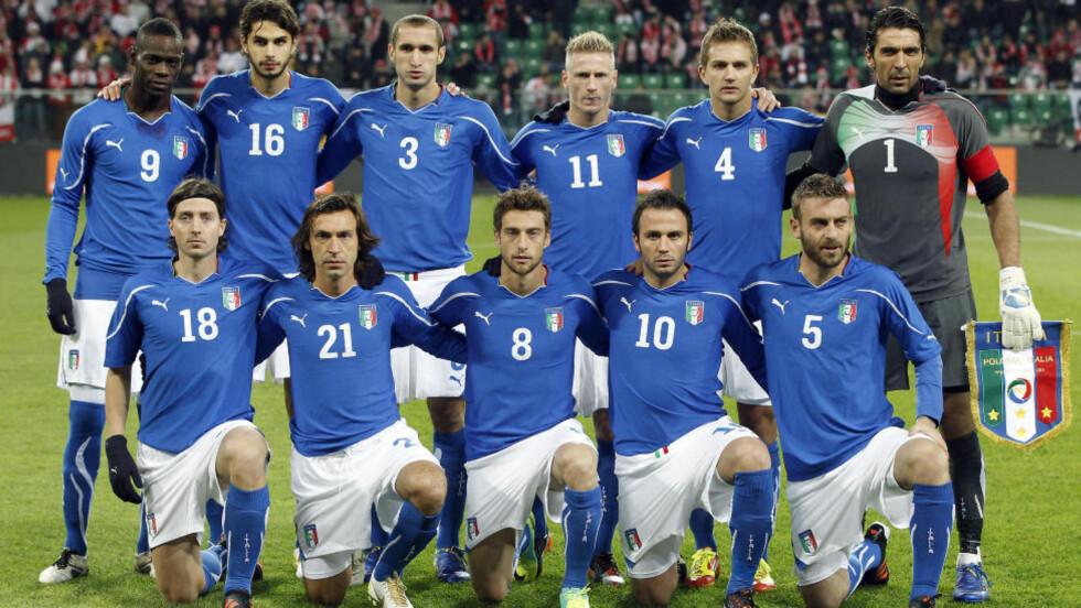 FIKK POLITIBESØK: Domenico Criscito (nummer to fra høyre, øverst), som for øyeblikket er i Firenze på treningsleir med det italienske EM-laget. Foto: (AP Photo/Michael Sohn)