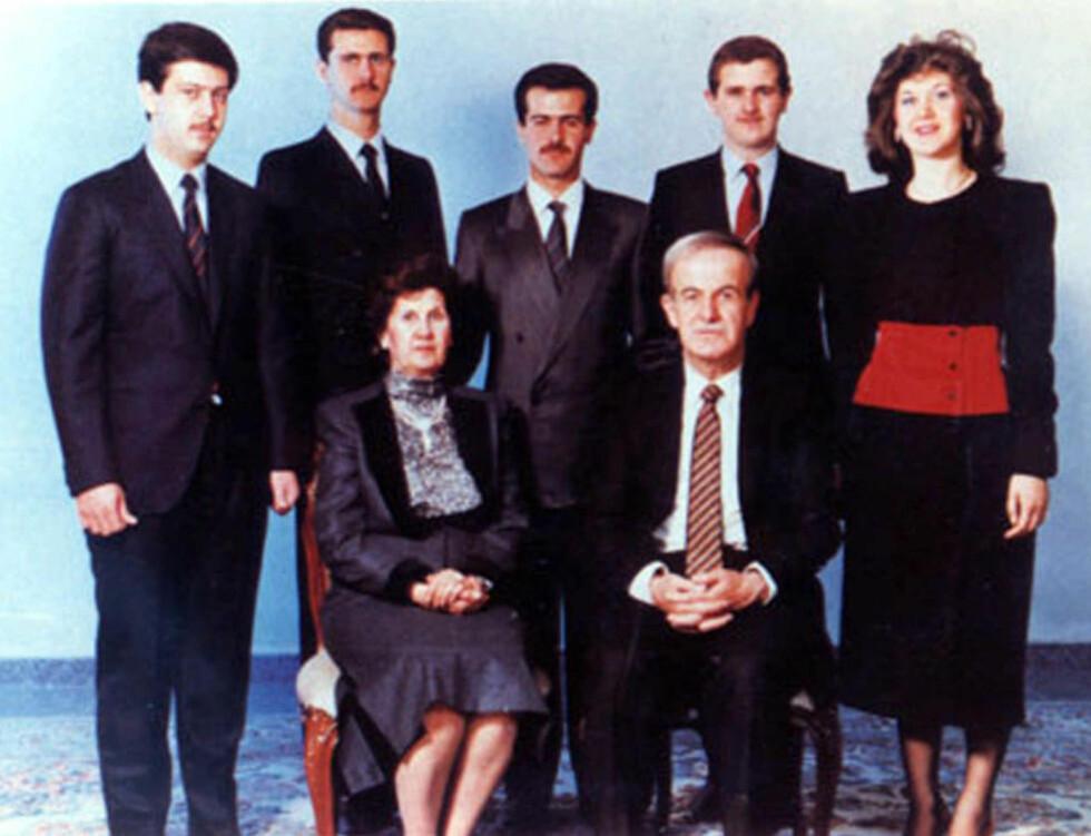 DIKTATORFAMILIEN: Det er denne familien som styrer Syria. Hafez al-Assad (i forgrunnen til høyre) døde i 2000. Siden da har hans eldste sønn Bashar (andre fra høyre bak) sittet i presidentstolen. Moren og enke etter Hafez, Anisa Makhloof (i forgrunnen til venstre) skal ha stor innflytelse. Maher al-Assad (til høyre bak) yter også stor makt som Bashars nummer to. Bassel al-Assad (tredje fra høyre bak) døde i en trafikkulykke i 1994. De to andre er Majd og Bushra al-Assad. Foto: AP Photo/Scanpix