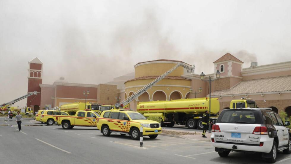 19 OMKOMMET: Brannvesenet prøver å slukke brannen på kjøpesenteret Villagio i Doha. Brannen har så langt krevd 19 menneskeliv, 13 av dem barn. Foto: REUTERS/Stringer
