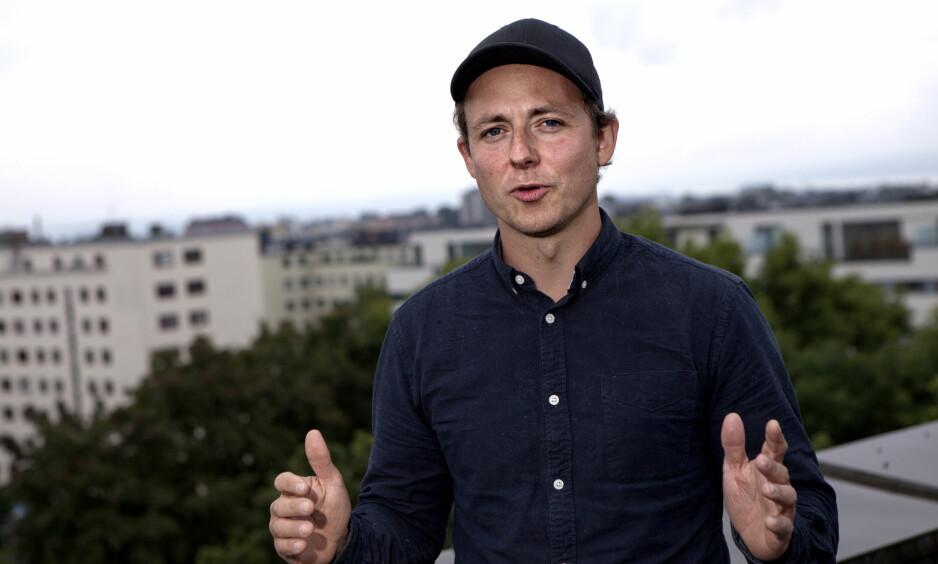 FARLIGE MENINGER- Jeg ble usikker og følte meg alene. Folk på jobben unngikk meg i lunsjen. Det lærte meg at man ikke skal trekke seg unna folk med ekstreme meninger, men konfrontere dem. Isolasjon er det farligste, sier NRK-journalist Ludvig Løkholm Lewin som i en undercoverdokumentar «ble» muslimhater. Foto: Anders Grønneberg